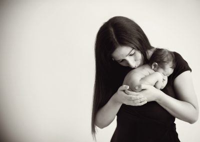 New-mum-holding-newborn-in-her-hands