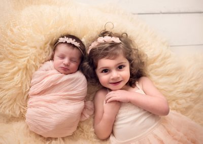 beautiful-sister-newborn-photography